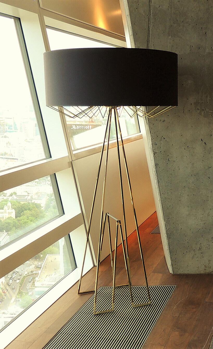 duża lampa podłogowa zczarny abażurem