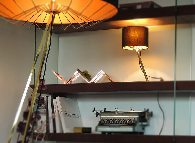 lampy zczęści samochodowych na tle półki