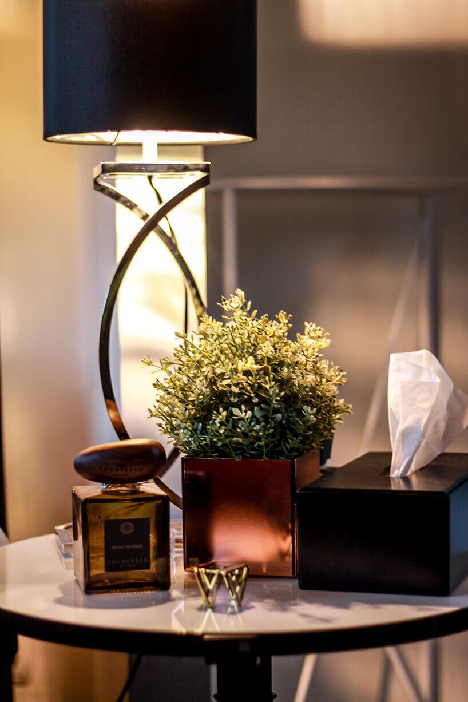lampka stojąca na stoliku