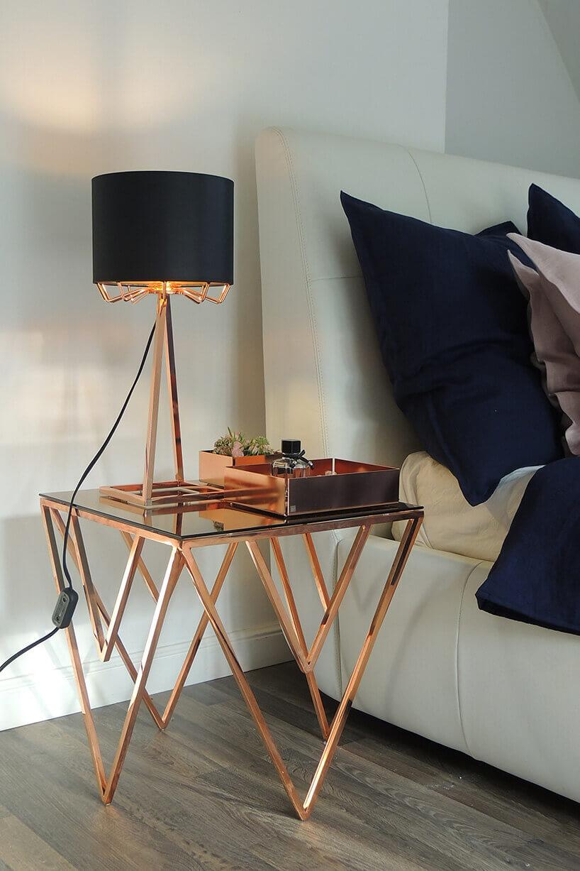 miedziana lampka na miedzianym stole ze szkłem