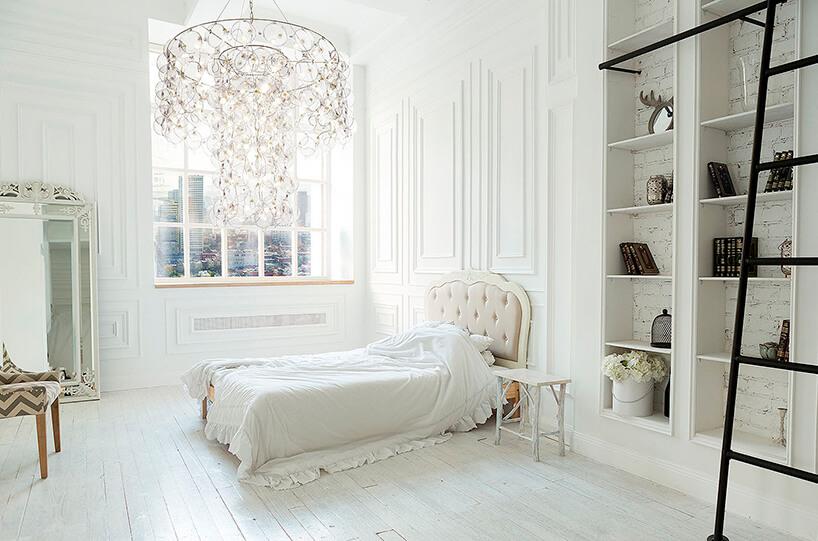 elegancki żyrandol King od Puff-Buff wbiałym eleganckim wnętrzu sypialni