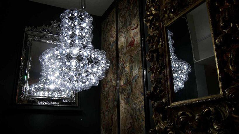 elegancki żyrandol Queen od Puff Buff we wnętrzu ze starymi lustrami