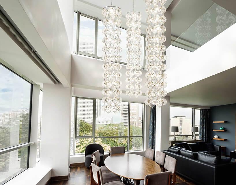 wyjątkowy wysoki żyrandol High Tower od Puff-Buff wnowoczesnym jasnym apartamencie