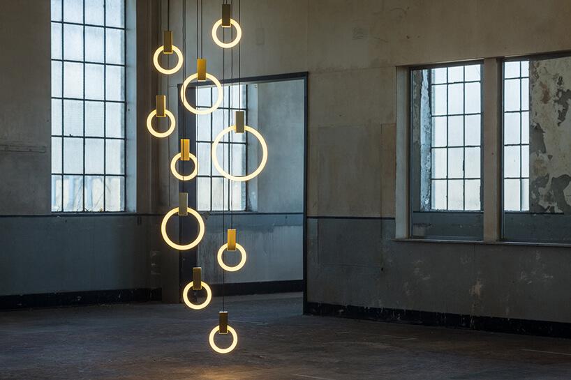 eleganckie oświetlenie ze świecących pierścieni Mila od Matthew McCormick wstarym poprzemysłowym wnętrzu