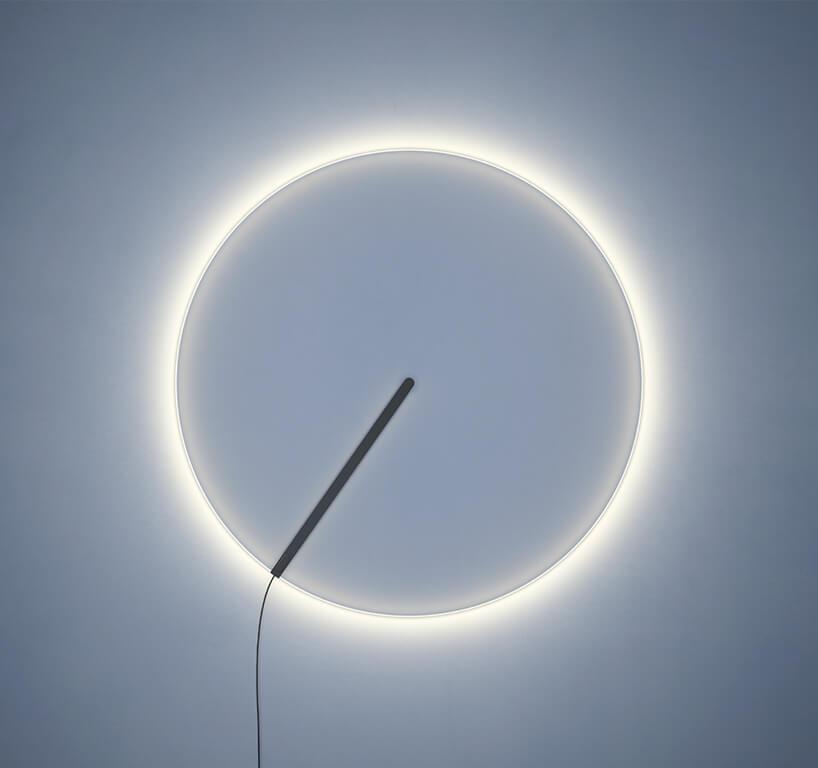 wyjątkowa lampa Guise, Stefan Diez, Vibia biały okrągły świecący pierścień na niebieskim tle
