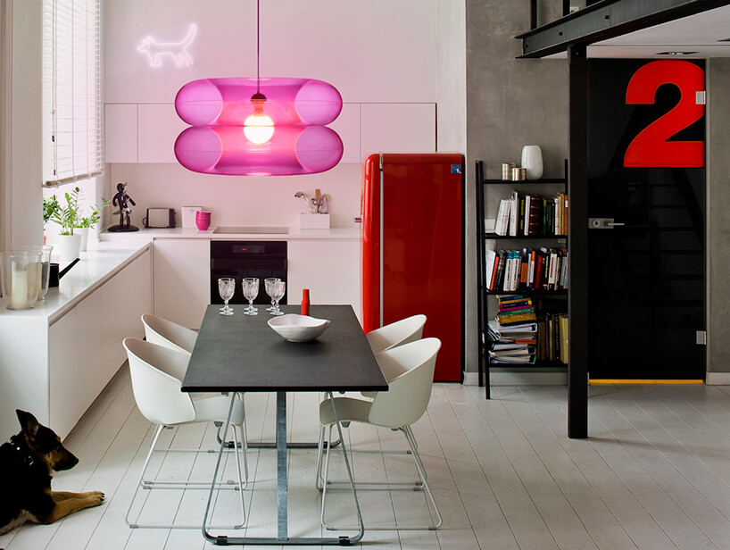 lampa wisząca Big Pink od Puff-Buff wbiałej kuchni zczerwoną lodówką