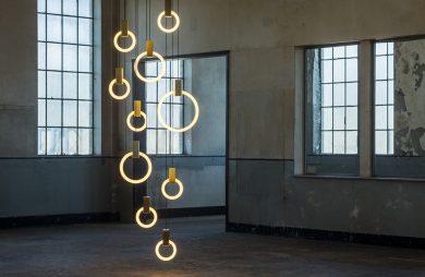 eleganckie oświetlenie ze świecących pierścieni Mila od Matthew McCormick w starym poprzemysłowym wnętrzu