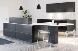 duża kuchnia z prostokątną wyspą w kolorze szarym i białym blatem z krzesłem i wiszącymi czarnymi lampkami