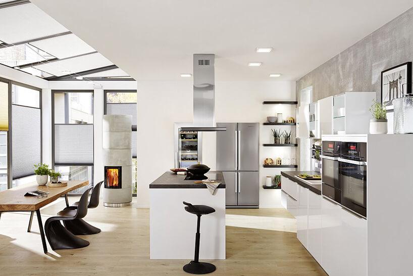 biały aneks kuchenny czarne krzesła kuchnia wnorweskim stylu