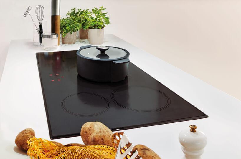 czarny piec indukcyjny czarny garnek przyprawy inarzędzia kuchenne