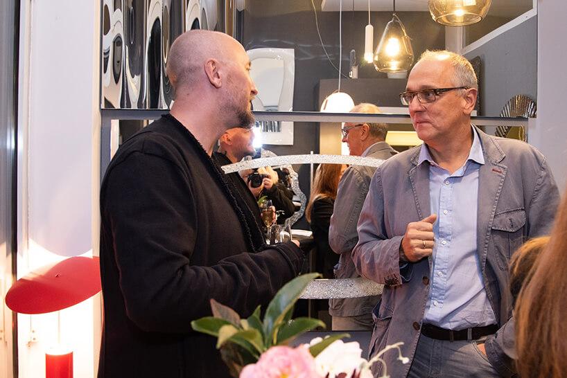 dwóch mężczyzn podczas rozmów na otwarciu Chłodna 11 concept showroomu J&J glass & design