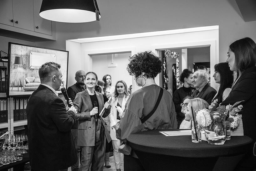 goście podczas rozmów na otwarciu Chłodna 11 concept showroomu J&J glass & design
