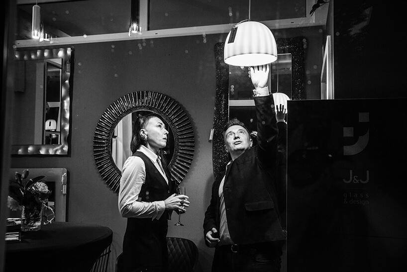goście podczas oglądania jednej zlamp na otwarciu Chłodna 11 concept showroomu J&J glass & design