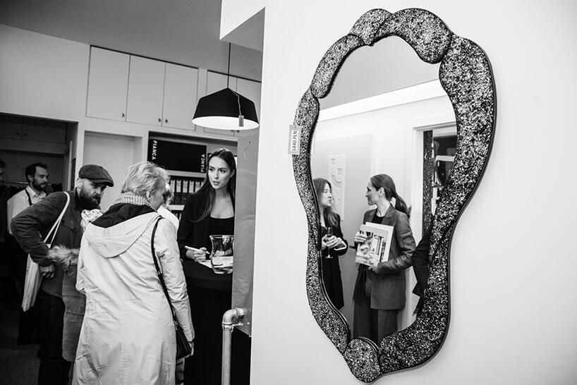 goście odbok wyjątkowego podłużnego lustra na otwarciu Chłodna 11 concept showroomu J&J glass & design