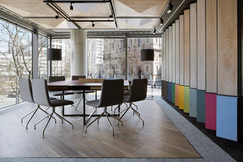 duży stół zkrzesłami wprzeszklonym wnętrzu