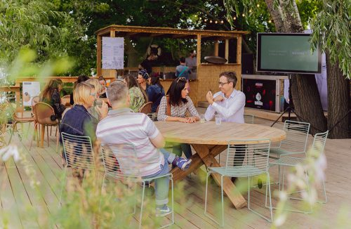 goście otwarcia Letniej Strefy Domoteki 2019 przy stolikach
