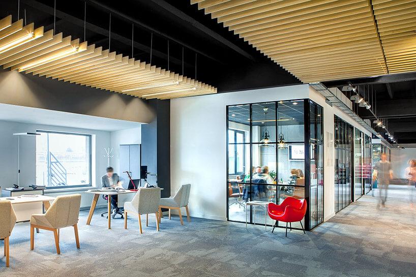 przestrzeń biurowa zczęścią spotkań