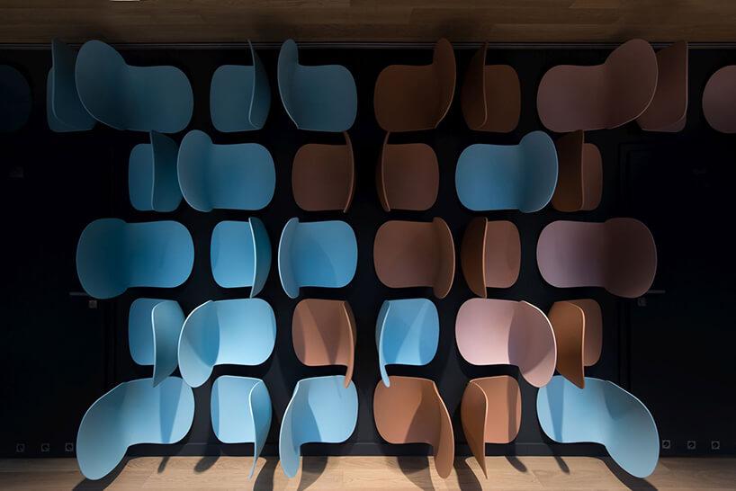 zmontowane na ścianie plastikowe siedziska wróżnych kolorach