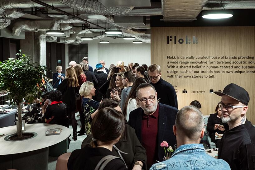 goście podczas rozmów wtrakcie otwarcia showroomu