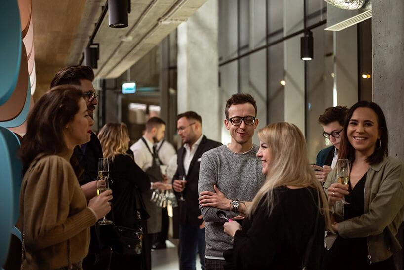 redakcja MAGAZIF pośród innych gości podczas otwarcia showroomu