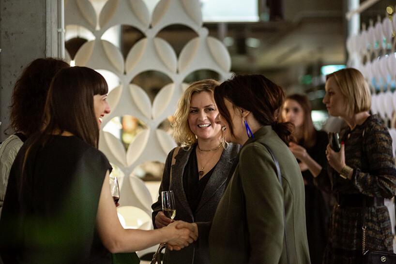 cztery kobiety podczas rozmowy na otwarciu showroomu