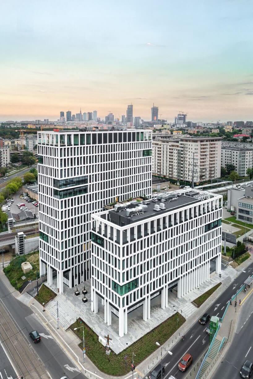 nowoczesny biurowiec Vector+ ujęcie białego budynku zzewnątrz zgóry