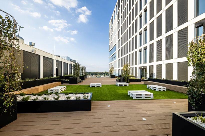 nowoczesny biurowiec Vector+ przestronne patio pomiędzy wieżami budynku