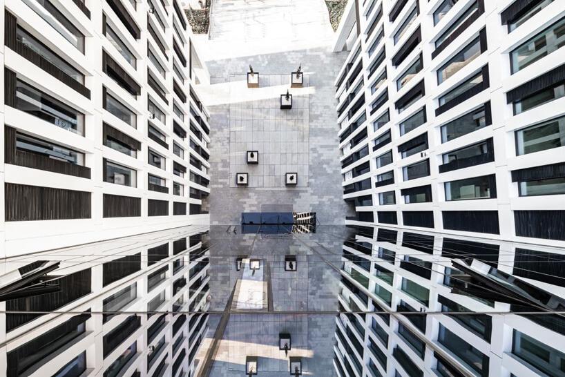 nowoczesny biurowiec Vector+ zdjęcie szklanej elewacji zgóry na plac wejściowy