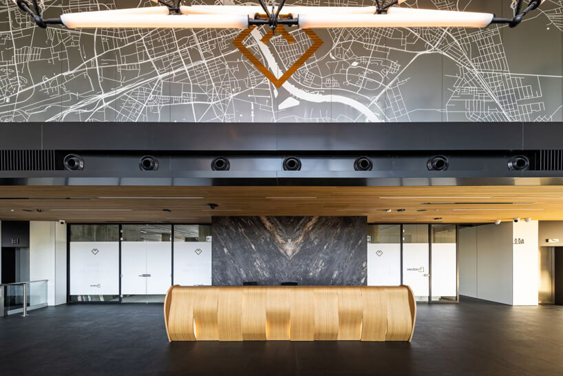 nowoczesny biurowiec Vector+ wnętrze ze złotą recepcją