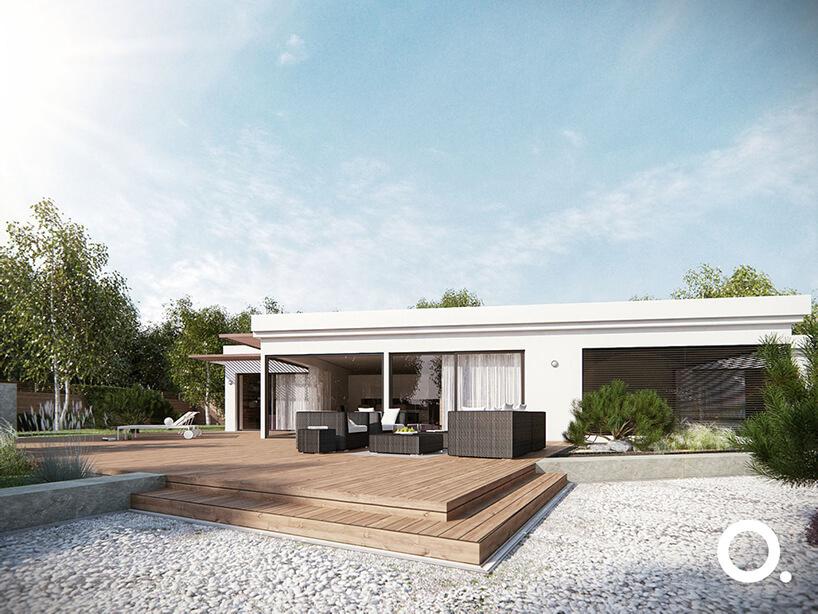 nowoczesny parterowy dom zdużym drewnianym tarasem iciemnymi meblami ogrodowymi
