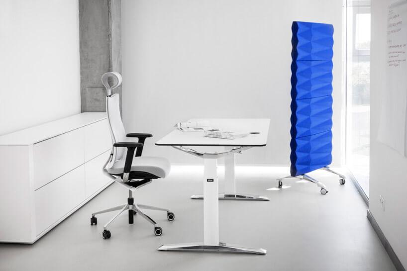 nowoczesny gabinet zbiałym biurkiem