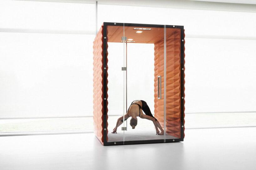 człowiek ćwiczący wpomarańczowym szklanej konstrukcji