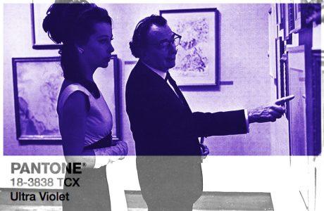 zdjęcie pary podczas oglądania obrazów z nałożonym kolorem Ultra Violet od PANTONE