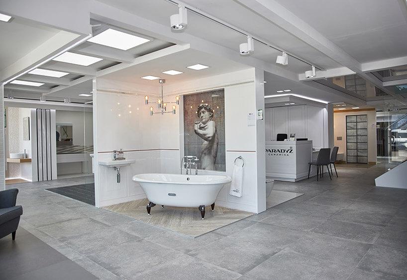 aranżacja łazienki zmałą wolnostojącą wanną