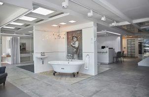 aranżacja łazienki z małą wolnostojącą wanną