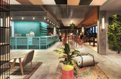 wnętrze Cukrownia Żnin Parku Industrialnego projektu MIXD recepjca z betonową podłogą pod kolorowymi przestrzennymi panelami pod sufitem