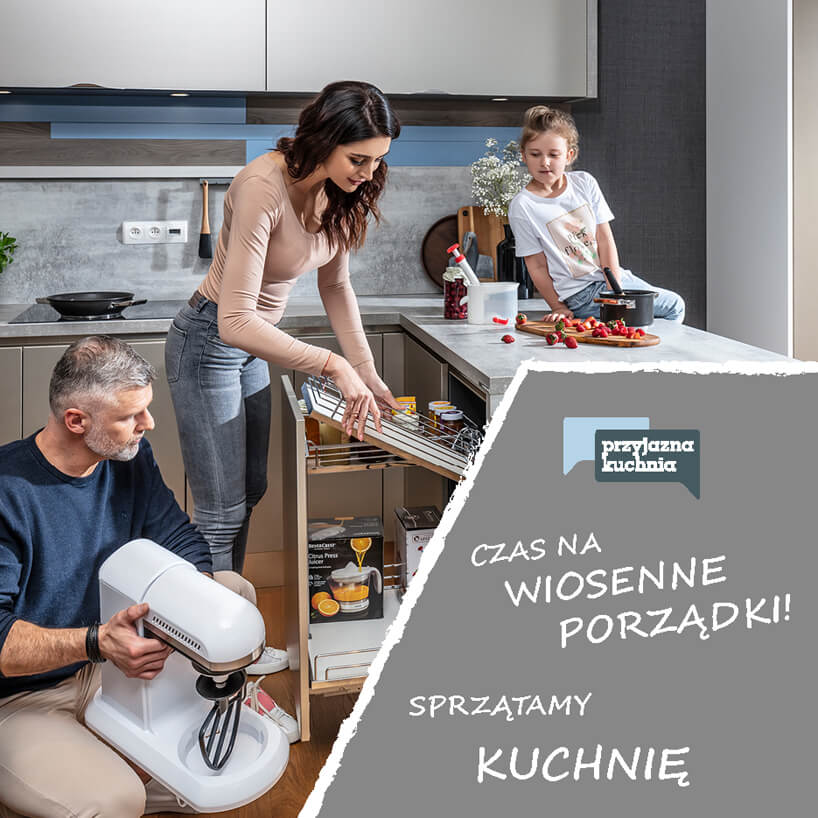 rodzina wkuchni podczas wyjmowania rzeczy zszafki kuchennej