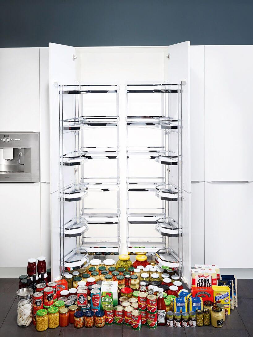 otwarta lodówka zdużą ilością produktów