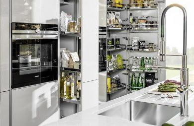 kuchnia z metalowymi stojakami na produkty