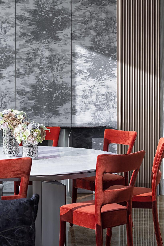 pomarańczowe zamszowe krzesła przy stole wjadalni zgrafiką wformie tapety