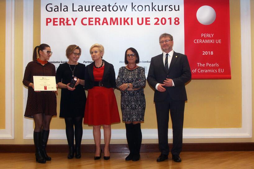 5 osób podczas gali wręczenia nagród Perły Ceramiki UE 2018