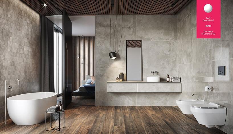 przestronna łazienka zbeżowych płytek na ścianach ipłytek wkolorze drewno iwolnostojącą wanną