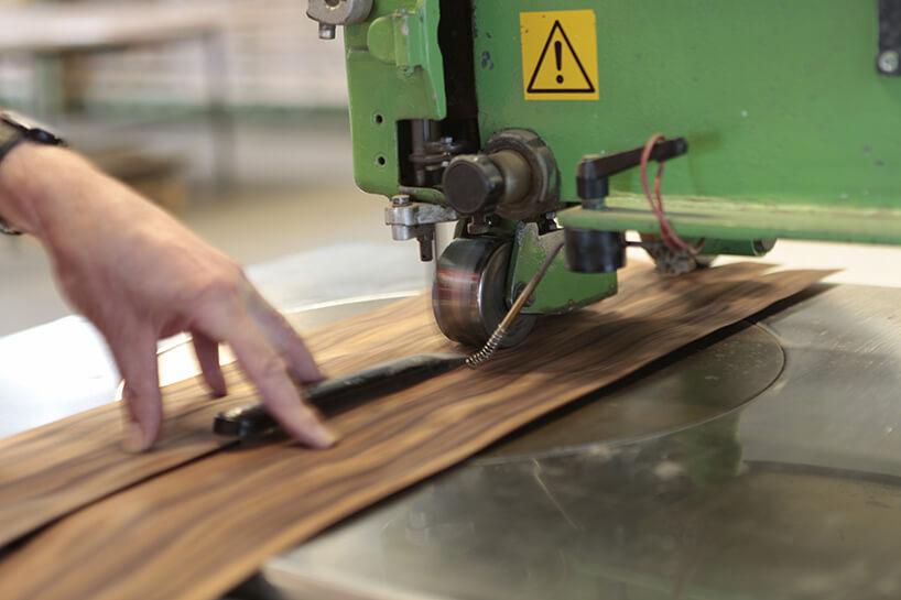 drewno podczas obróbki na maszynie