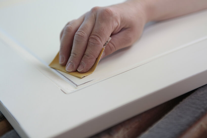 biała powierzchnia podczas oczyszczania papierem ściernym