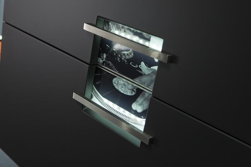 ekskluzywna kuchnia ernestrust ciemny front szafek zpodświetloną grafika przy uchwytach