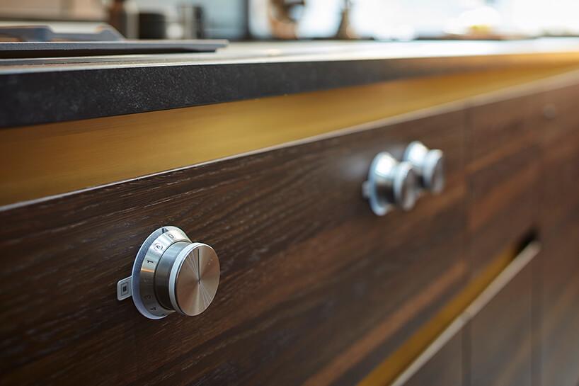 ekskluzywna kuchnia ernestrust eleganckie sterowanie urządzeniem kuchennym wciemnym drewnianym froncie