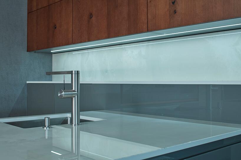 ekskluzywna kuchnia ernestrust ze szklanym blatem szarymi ibrązowymi drewnianymi meblami