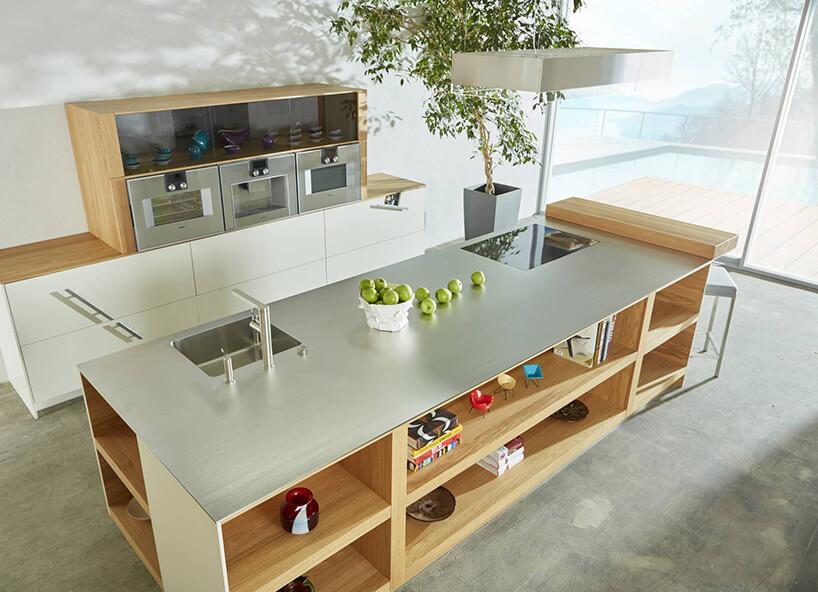 jasny matowy szklany blat na wyspie kuchennej wjasnej kuchni ernestrust