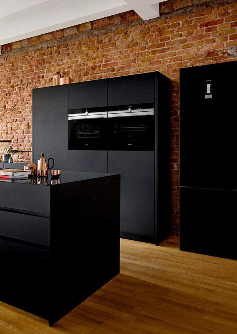 czarne meble kuchenne ibrązowa ściana