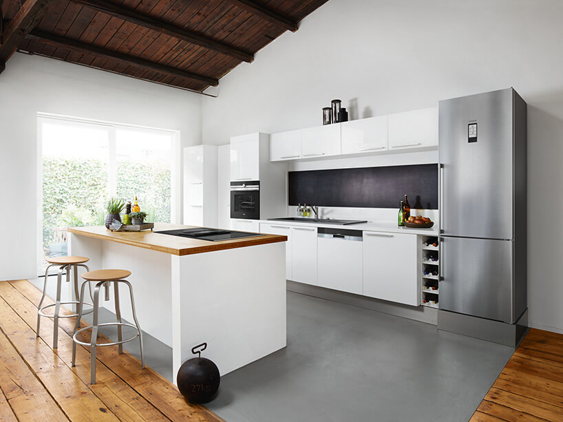 biała kuchnia zszarą podłogą